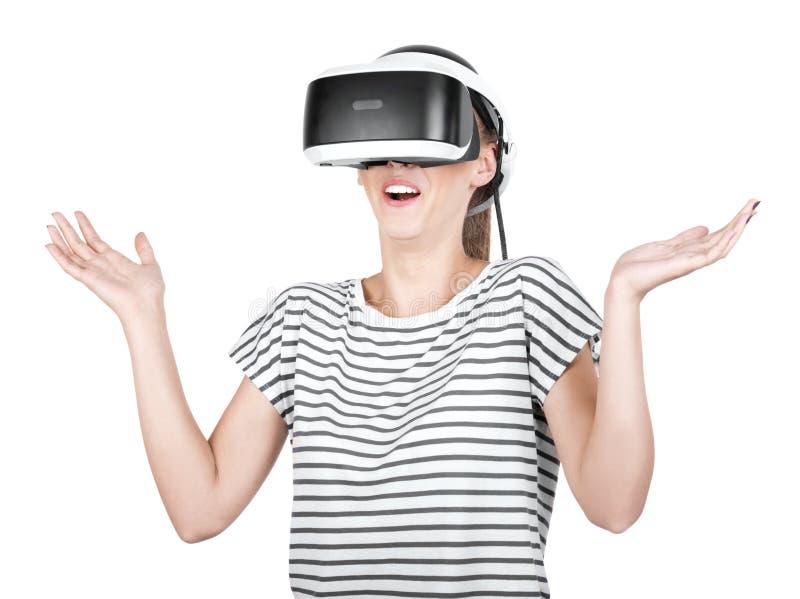Fille effrayée dans des lunettes et jouer de VR le jeu de réalité virtuelle, d'isolement sur un fond blanc Un smartphone employan images stock