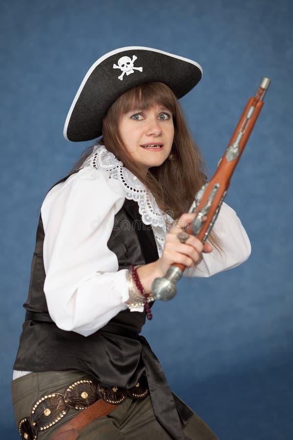 Fille effrayée de pirate - avec le pistolet photo libre de droits