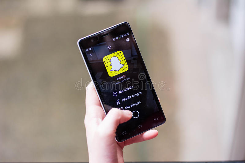 Download Fille employant Snapchat photo stock éditorial. Image du application - 87703413