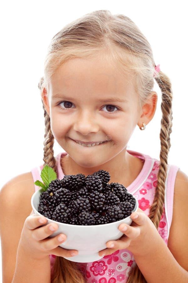 Fille en bonne santé heureuse avec les fruits frais images stock