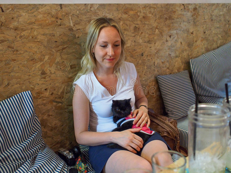 Fille en café de chat photographie stock