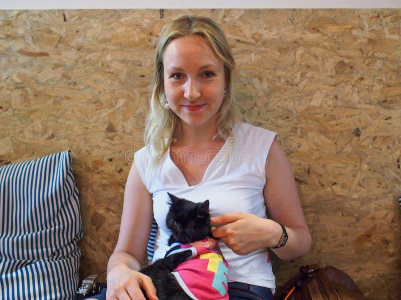 Fille en café de chat image libre de droits