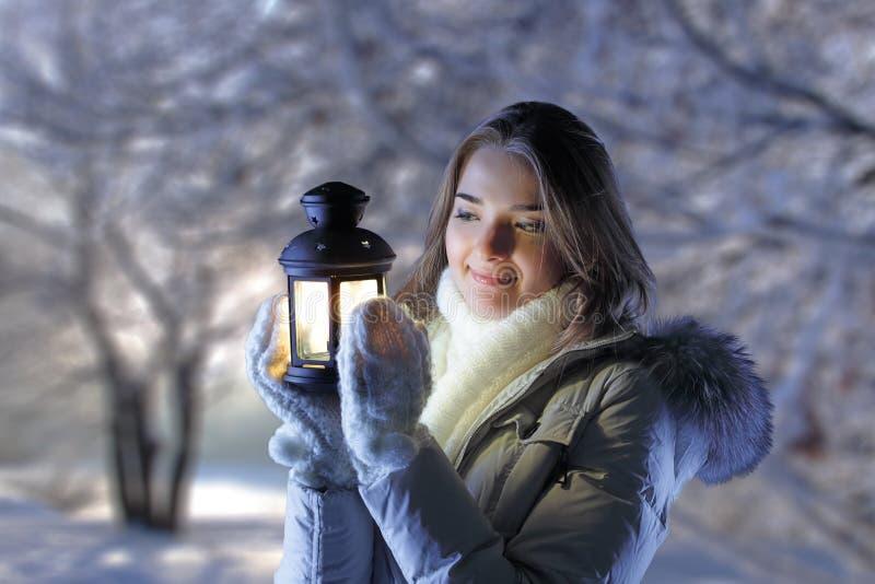 Fille en forêt de l'hiver images libres de droits