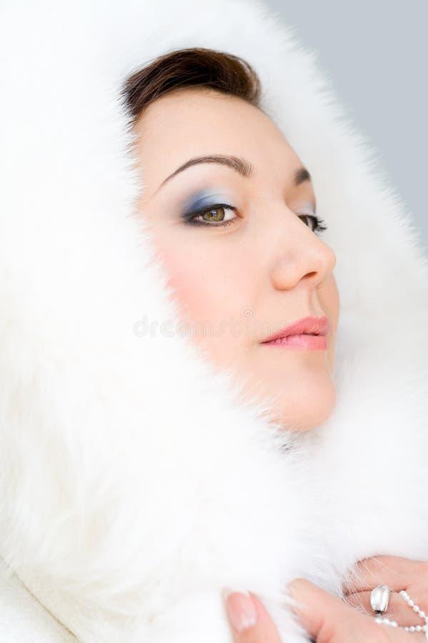 Fille en fourrure blanche photo libre de droits