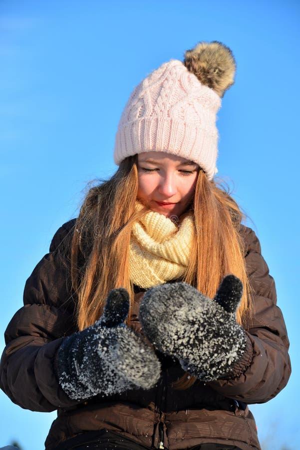 Fille en hiver de neige images libres de droits