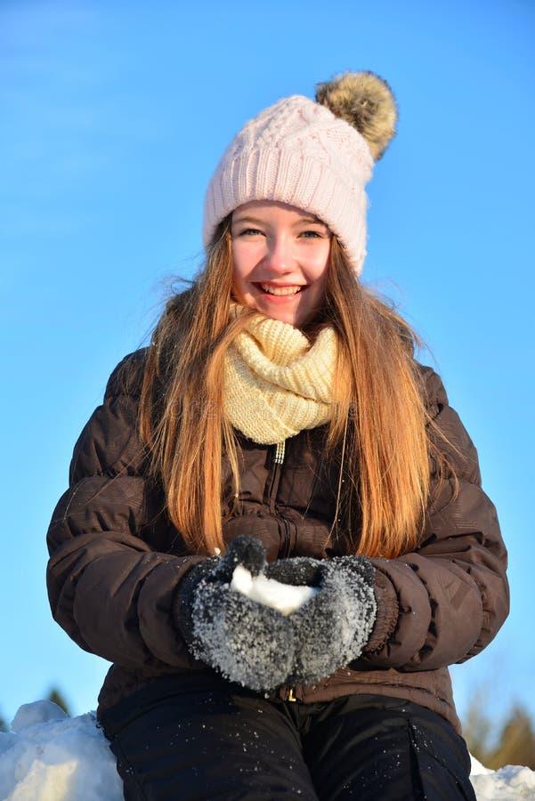 Fille en hiver de neige image libre de droits