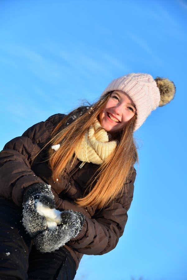 Fille en hiver de neige photos libres de droits