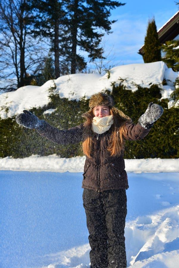 Fille en hiver de neige photographie stock