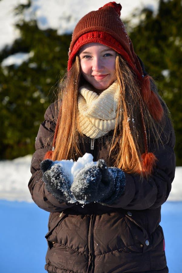 Fille en hiver de neige photos stock