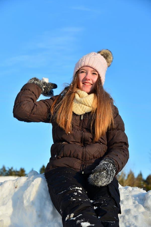 Fille en hiver de neige photo stock