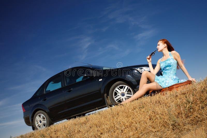 Fille en le véhicule avec des lunettes de soleil image libre de droits