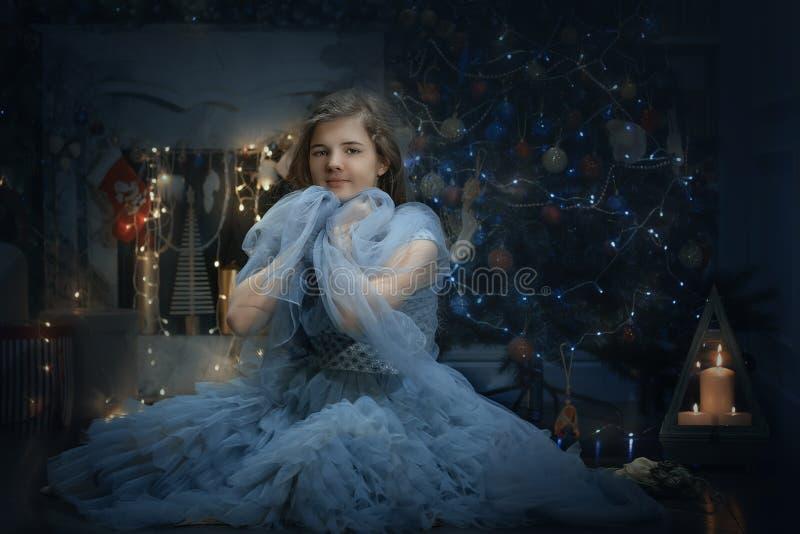 Fille en robe de princesse près de l'arbre du Nouvel An image stock