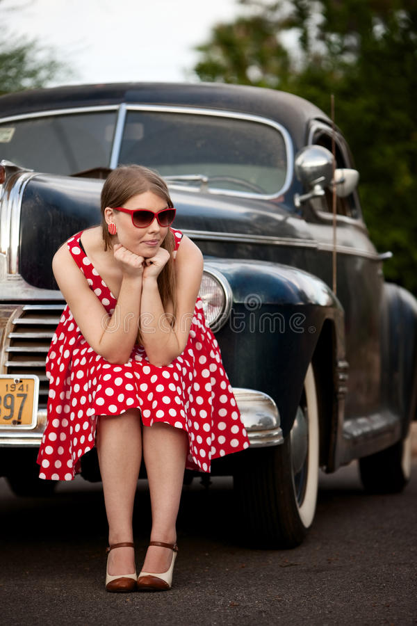 Fille en rouge avec le véhicule de cru photos stock