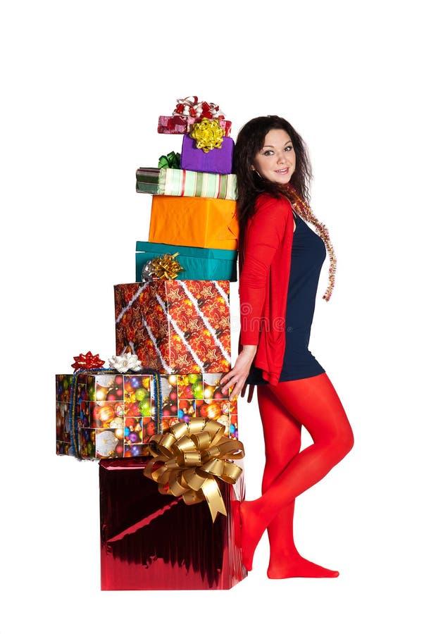 Fille en rouge restant les cadres de cadeau proches images stock