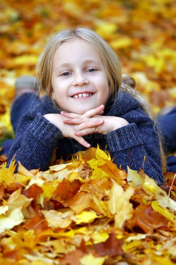 Fille en stationnement d'automne image libre de droits