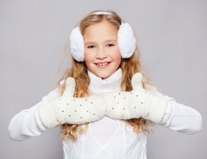 Fille en vêtements d'hiver photographie stock libre de droits