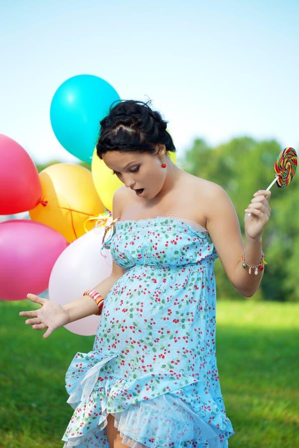 Fille enceinte étonnée image libre de droits