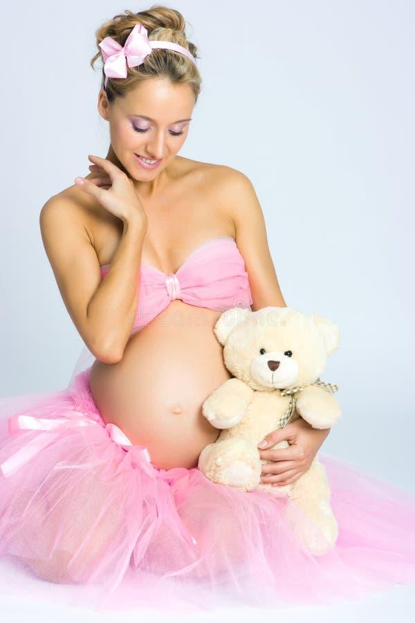 Fille enceinte avec l'ours de nounours image libre de droits