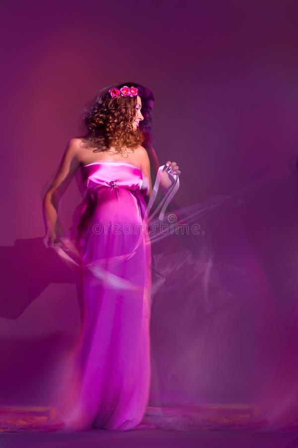 Fille enceinte avec la robe de vol image stock