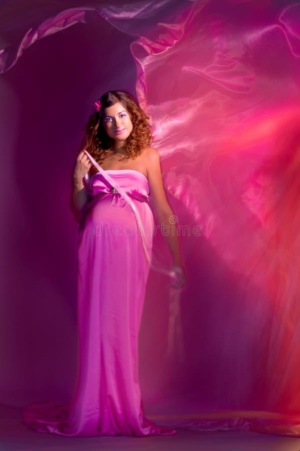 Fille enceinte avec la robe de vol image libre de droits