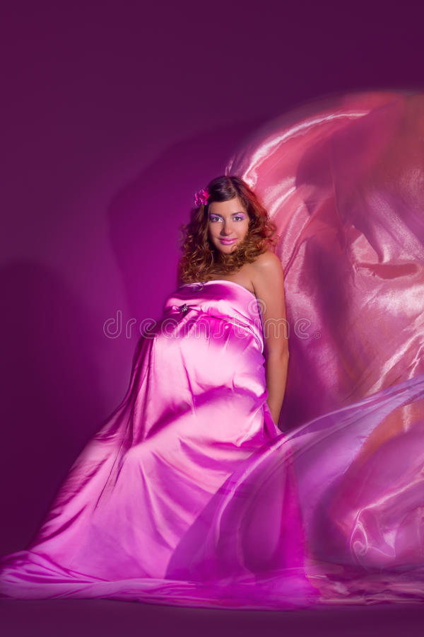 Fille enceinte avec la robe de vol photo stock