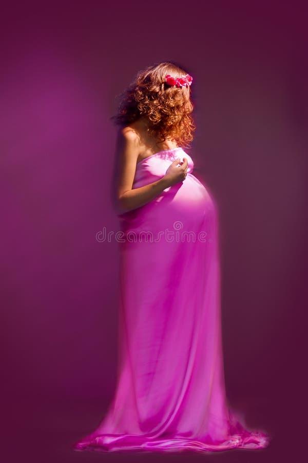 Fille enceinte avec la robe de vol photographie stock libre de droits