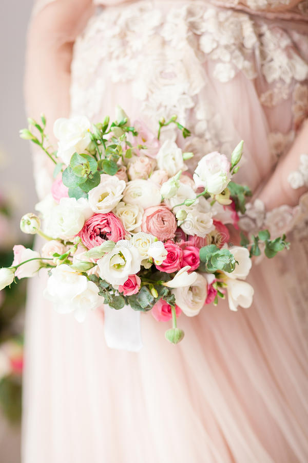 Fille enceinte dans une robe beige avec un bouquet dans des mains normal Attente d'un miracle photographie stock