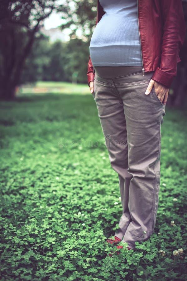 Fille enceinte dans une veste rouge image stock