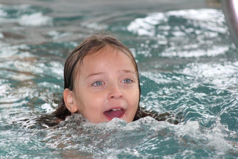 Download Fille Enfant-dans La Piscine Photo stock - Image du jeune, natation: 77150072