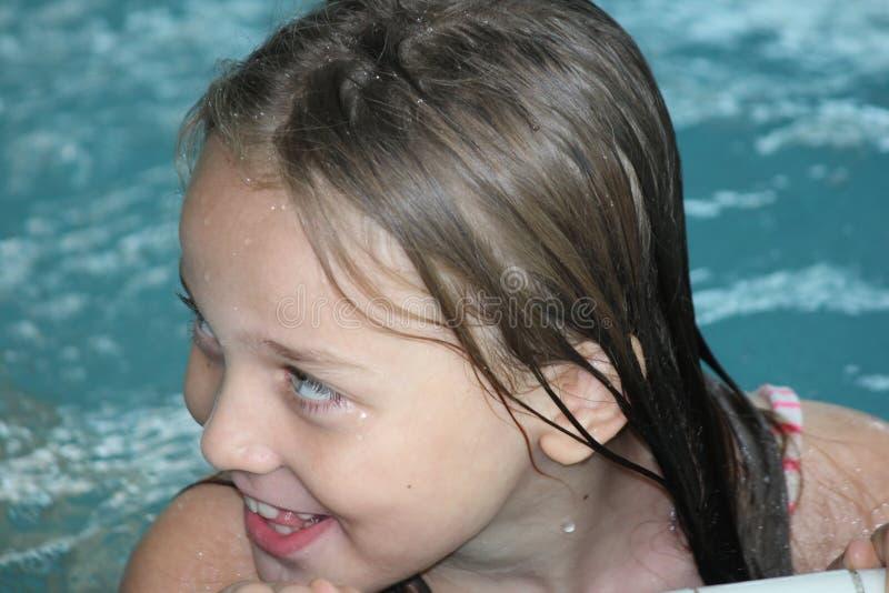 Download Fille Enfant-dans La Piscine Image stock - Image du amusement, personne: 77150487
