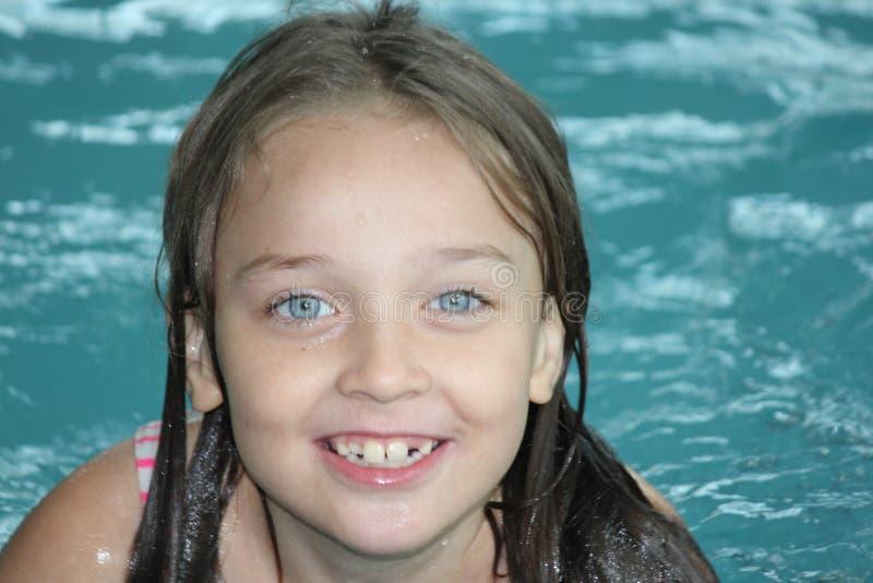 Download Fille Enfant-dans La Piscine Image stock - Image du natation, heureux: 77151535