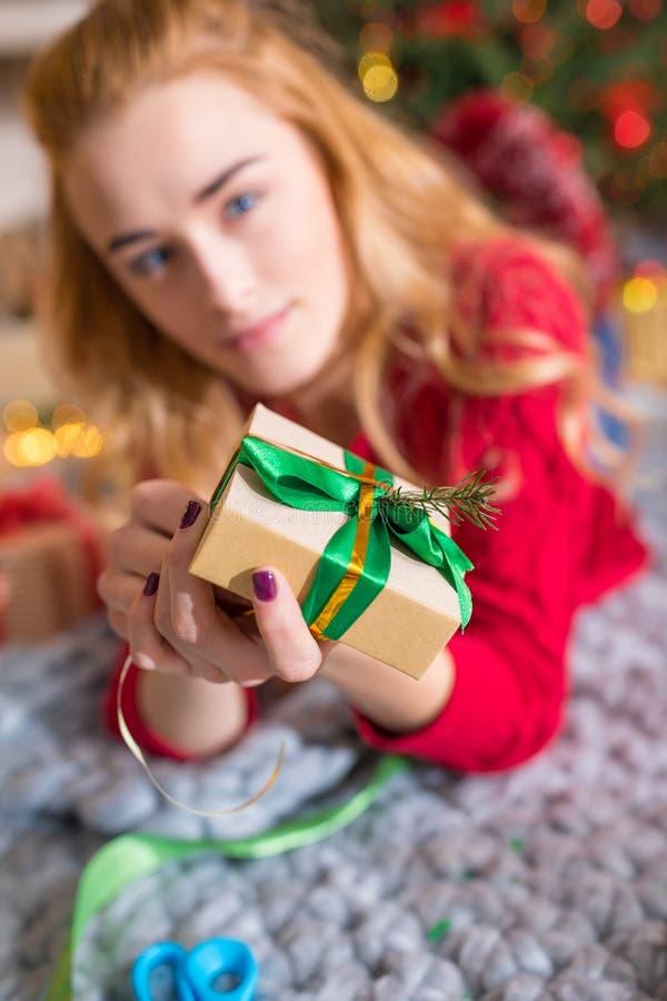 Fille enveloppant le boîte-cadeau images libres de droits