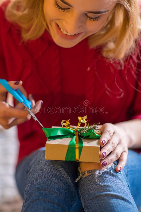 Fille enveloppant le boîte-cadeau photos stock