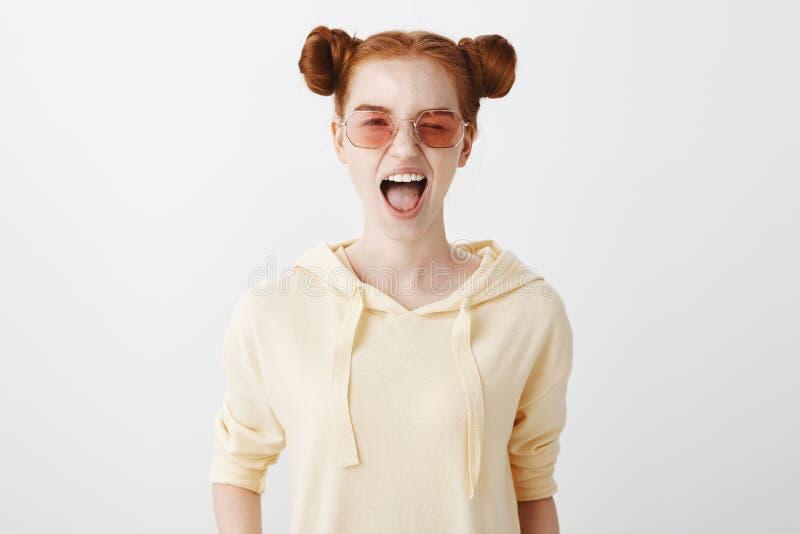Fille espiègle prête à faire la fête toute la nuit Portrait de femme européenne belle avec des cheveux et des petits pains de gin image stock
