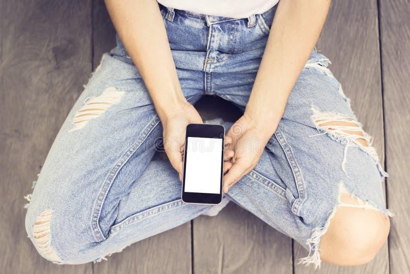 Fille et écran vide de smartphone photos libres de droits