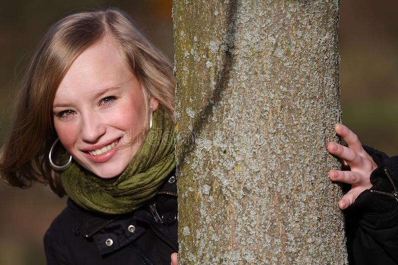 Fille et arbre photo libre de droits