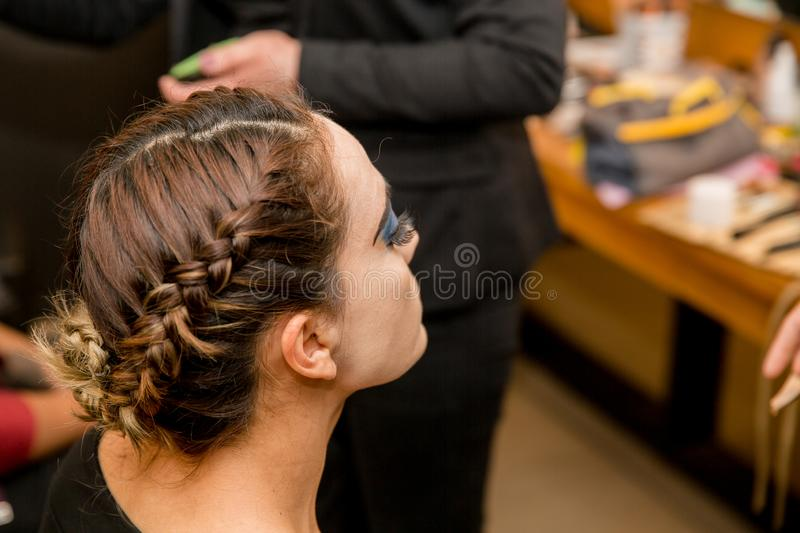 Fille et belle coiffure photo stock