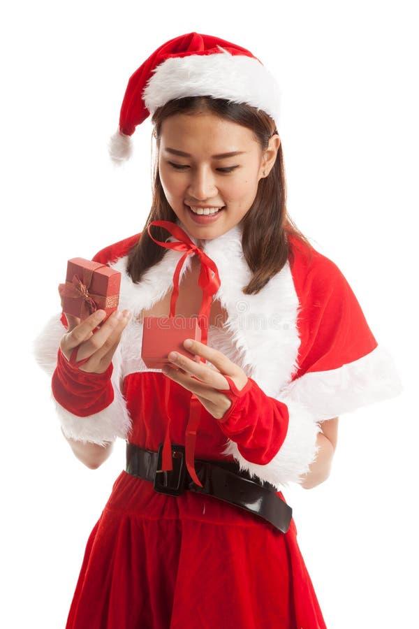 Fille et boîte-cadeau asiatiques de Santa Claus de Noël photographie stock