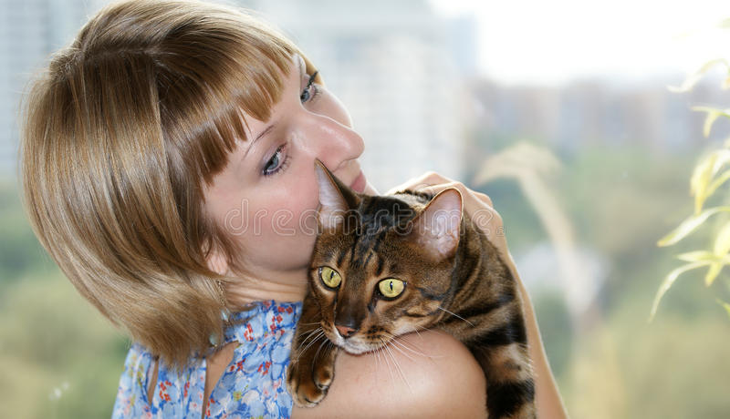 FILLE ET CAT image stock