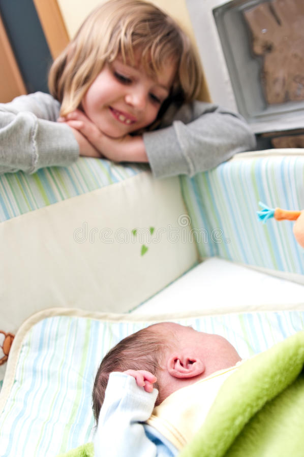 Fille et chéri dans la huche photo libre de droits