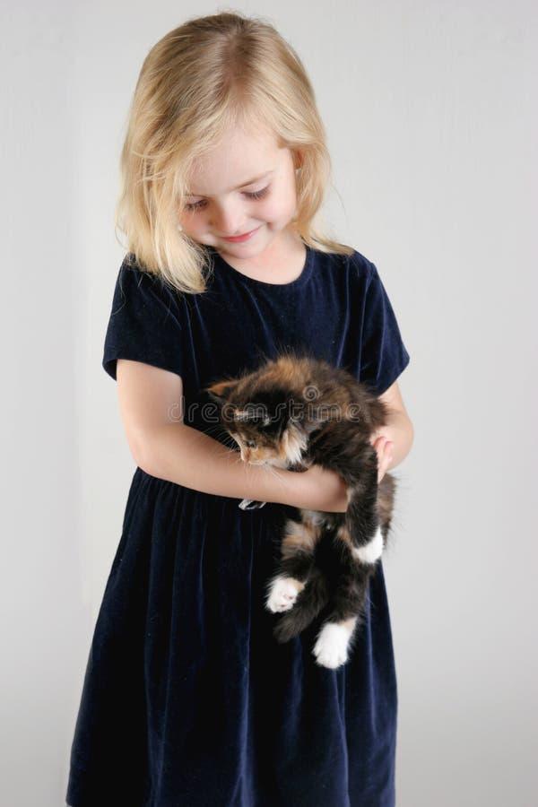 Fille et chaton photos libres de droits