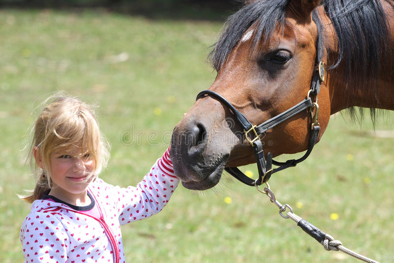 Fille et cheval, amitié photo stock