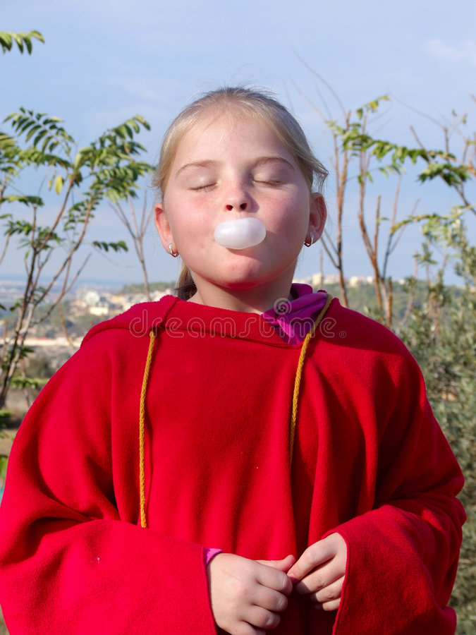Fille et chewing-gum photographie stock