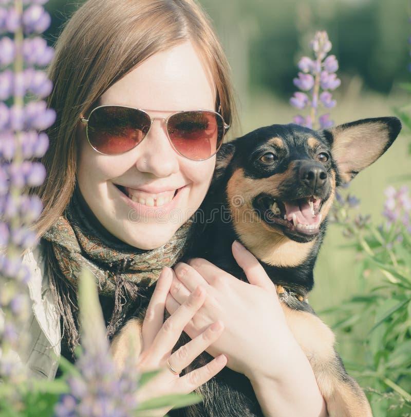Fille et chien souriant ensemble images stock