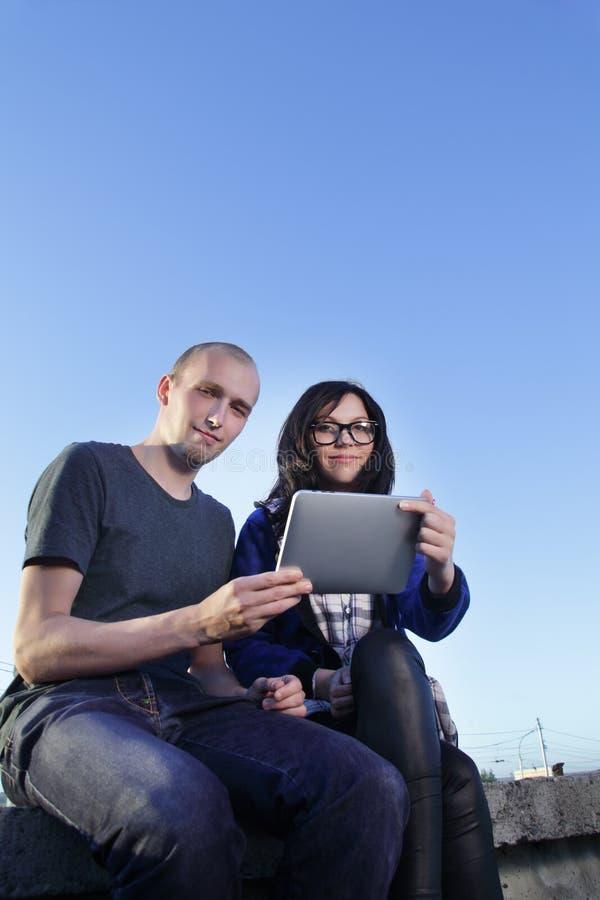 Fille et garçon avec le PC de tablette images stock