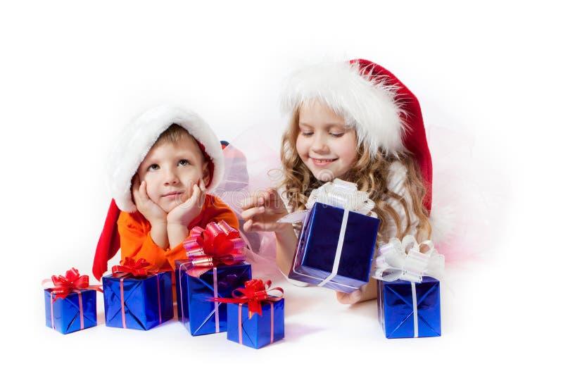 Fille et garçon avec les cadeaux photographie stock libre de droits