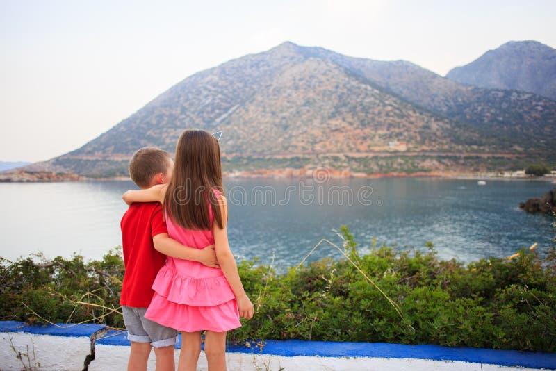 Fille et garçon ensemble dehors soeur plus âgée de embrassement de petit frère photographie stock libre de droits