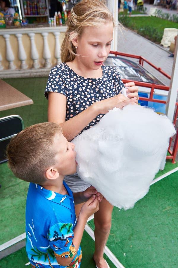 Fille et garçon mangeant la grande sucrerie de coton photographie stock libre de droits