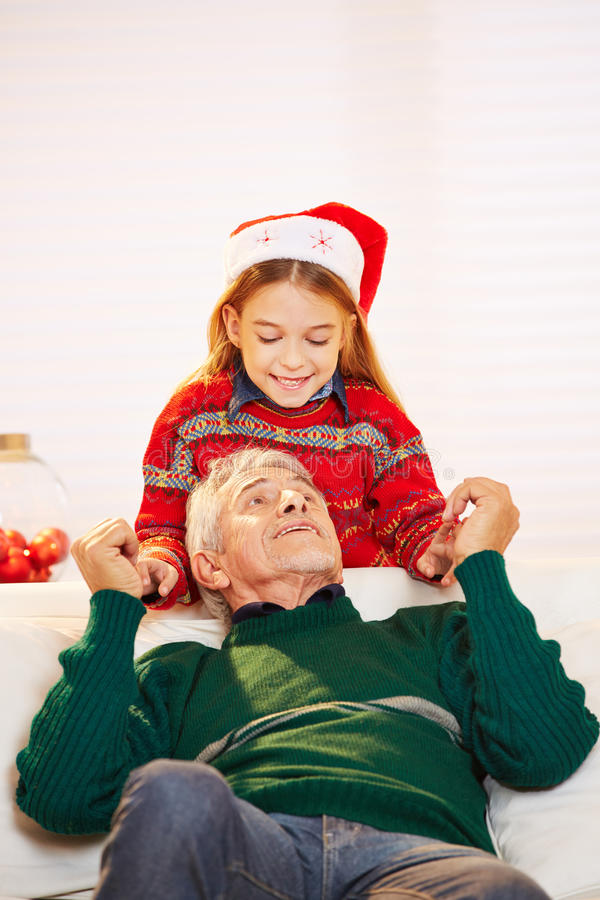Fille et grand-père jouant à Noël photos stock