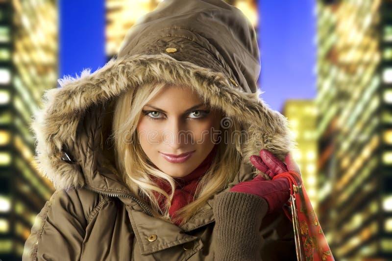 Fille et hiver froid photographie stock libre de droits